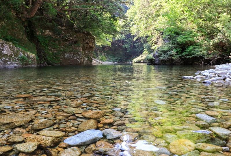 初夏の三段峡、渓谷に降りて川遊び