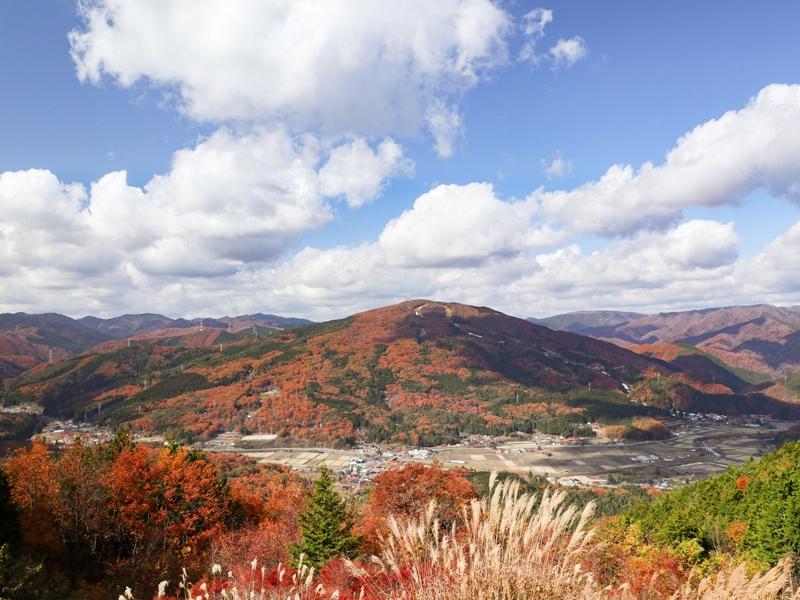 吉和展望台から紅葉の山々を眺める