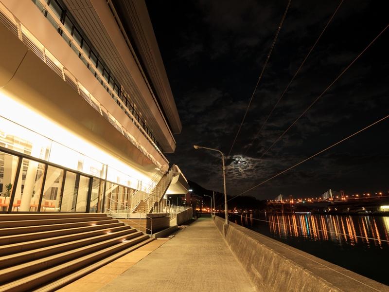 尾道市役所、新庁舎『1階のテラスから尾道大橋を望む』