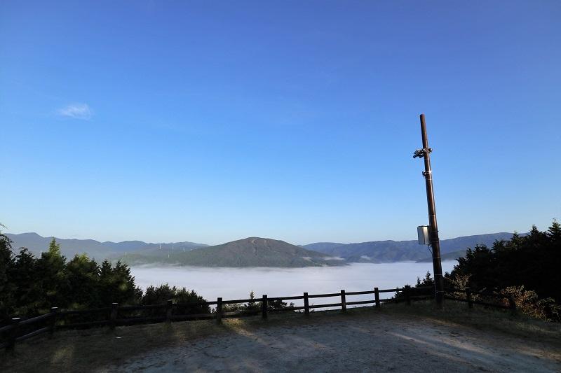 「吉和展望台」駐車場越しに見る雲海