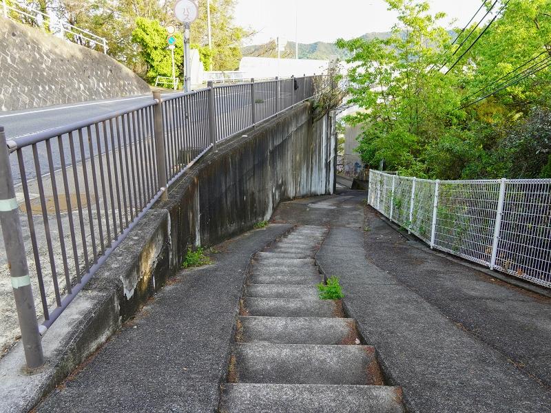 内海大橋に降りる道