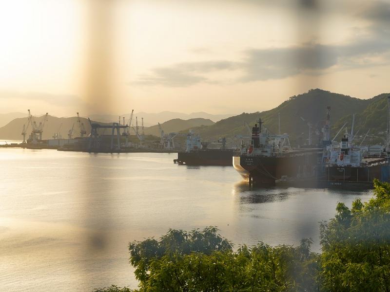 内海大橋から常石造船を望む